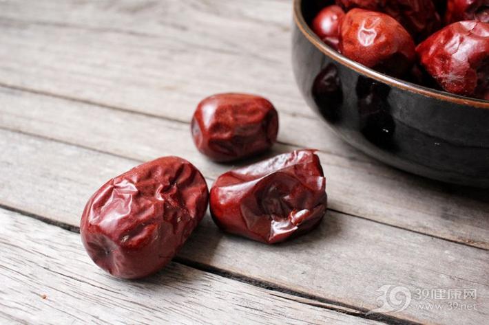 紅棗泡水時加一物,還能通血管!中老人最好常吃