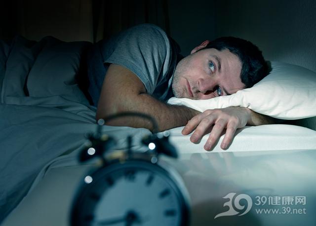 睡前喝酒能助睡眠?這5種東西上床前別碰