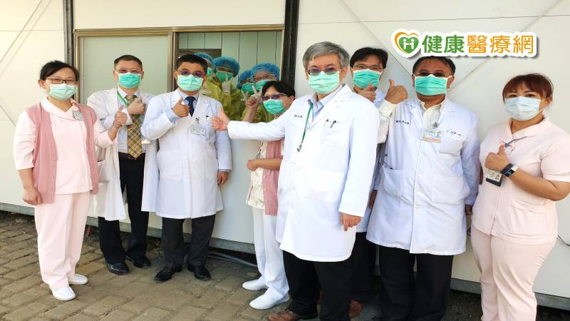 【武漢肺炎】成大醫院 戶外組合屋檢疫站啟用_花賜康